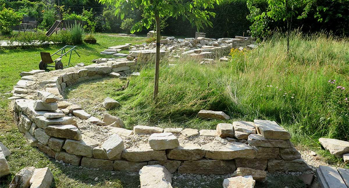 Freistehende Trockensteinmauer Gneis